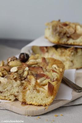 Blechkuchen mit Rührteig und Zimtsirup. Getoppt mit Elstar Äpfeln und Nüssen.