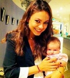 Foto de Mila Kunis feliz con su bebita