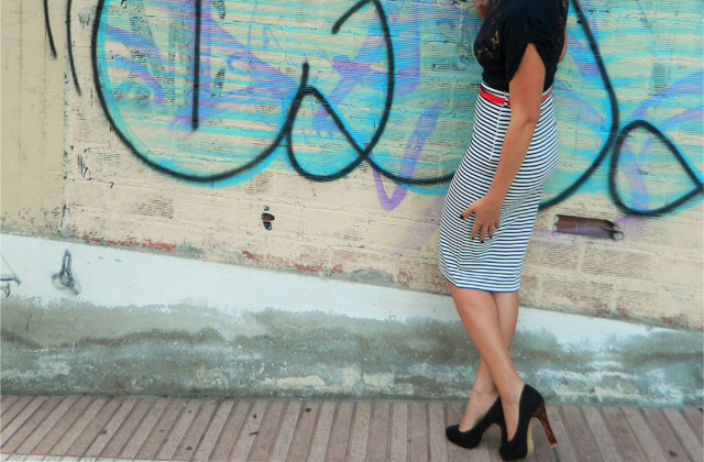 falda lapiz con tacones