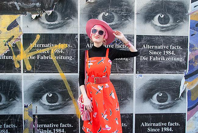 Sara is in Love with… blogger influencer Switzerland Devoi red dress pink hat mama Tierra flamingo handbag vintage retro look outfit inspiration turtleneck