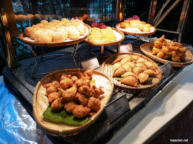 Various deep fried kuihs and noms