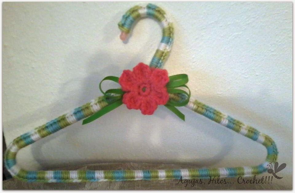 http://agujashiloscrochet.blogspot.com.es/2014/03/reto-handmade2-decorando-perchas.html