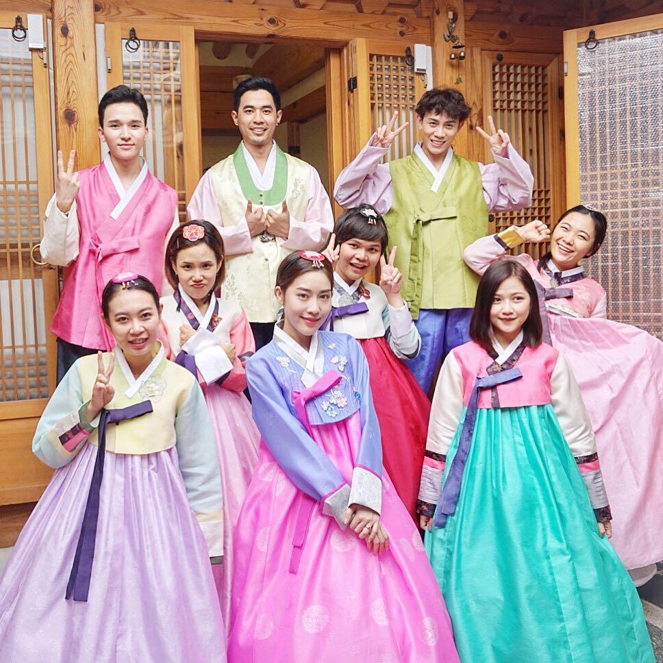 ... phố Joenju, Hàn Quốc) như một phim trường cổ trang thời kỳ Joseon. Nơi đây có rất nhiều người mặc trang phục truyền thống hanbok dạo chơi và chụp ảnh.