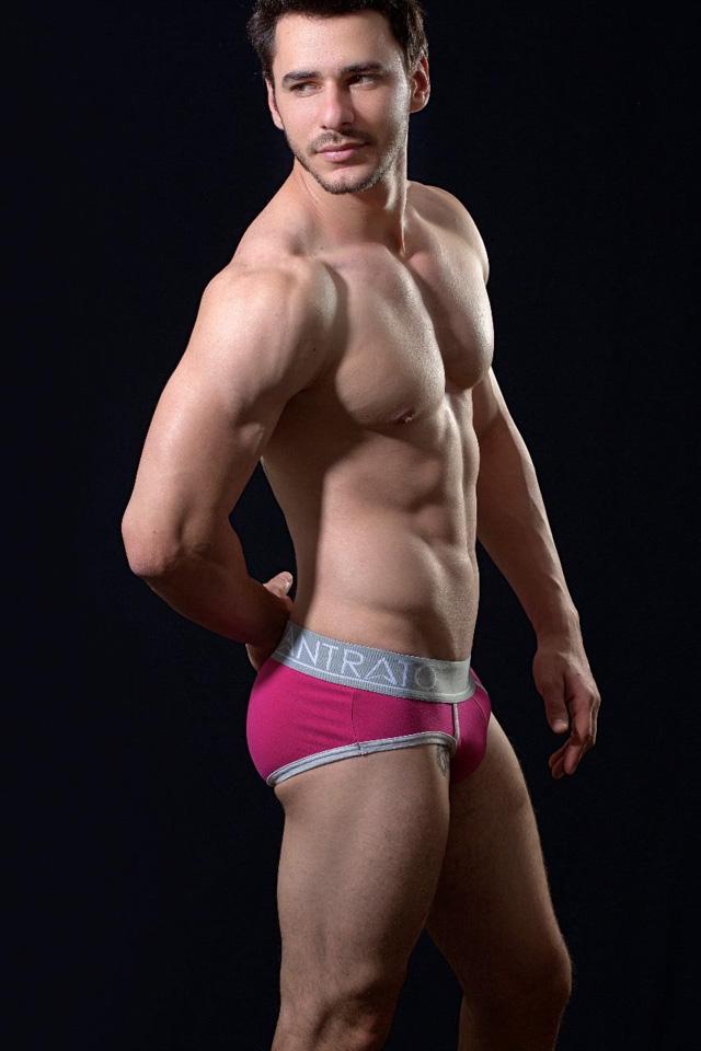 De cueca, o Mister Model Nacional 2017 mostra o corpo sarado em clique. Foto: Ronaldo Gutierrez