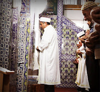 İmam arkasındaki cemaate namaz kıldırırken