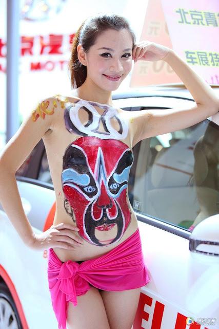 Teknologi, Vulgar, pameran mobil, perihal tubuh wanita, seni tato melukis tubuh, BeritaBebasX, bikin heboh,