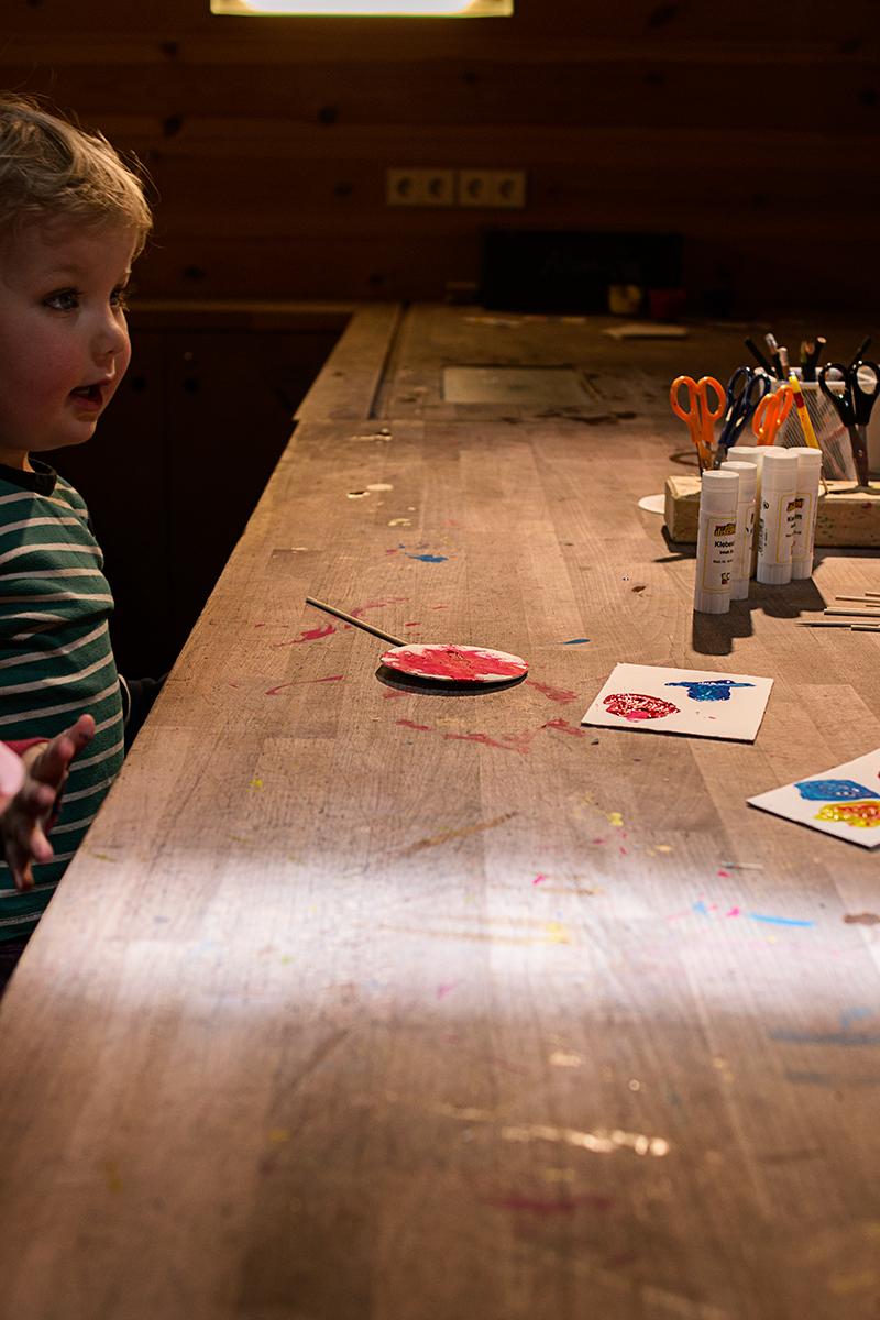 På MACHmit! i Berlin får barnen göra konstprojekt med inspiration från olika delar av världen.