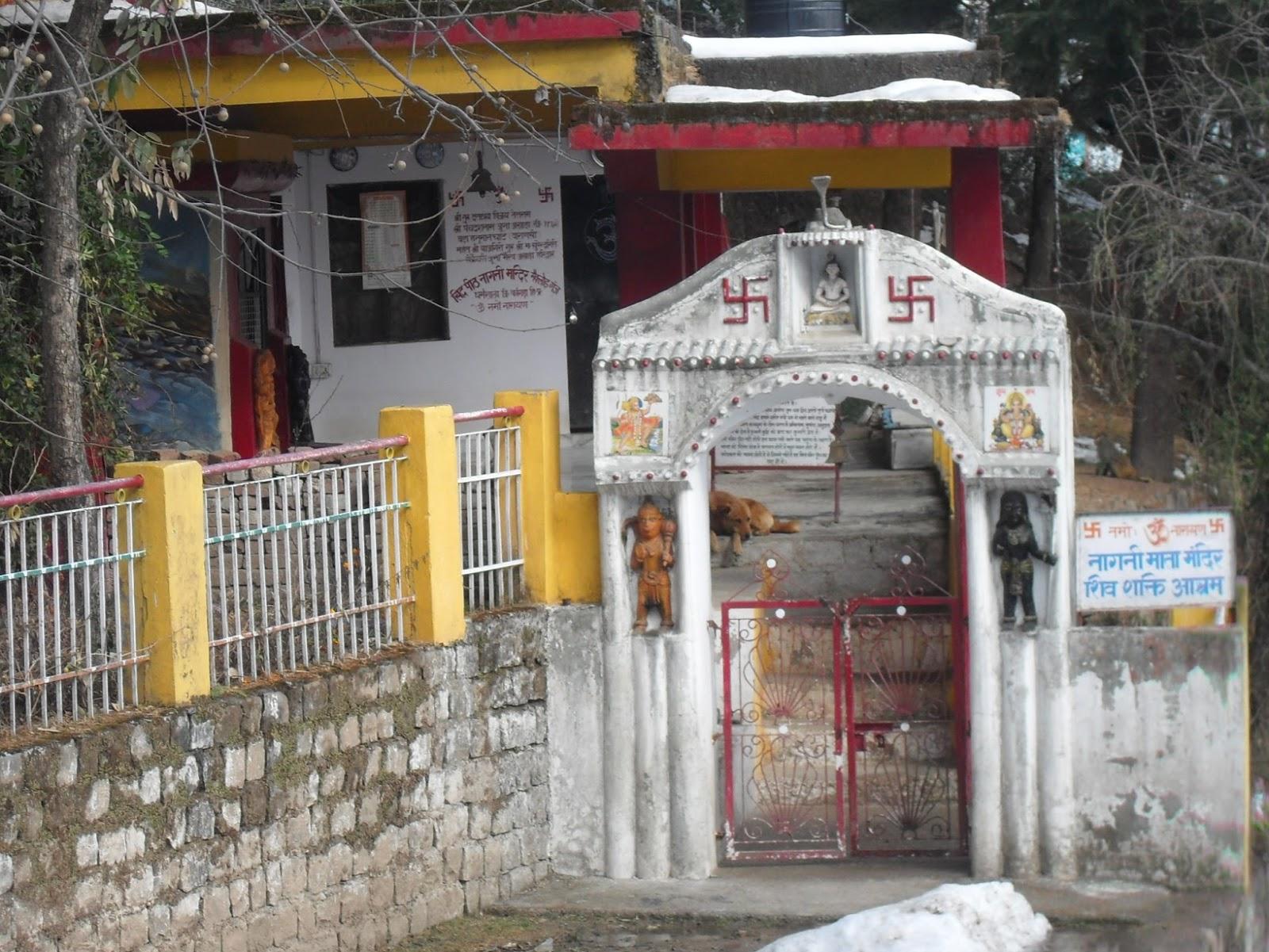 Калитка в храм украшенная свастикой. Индия