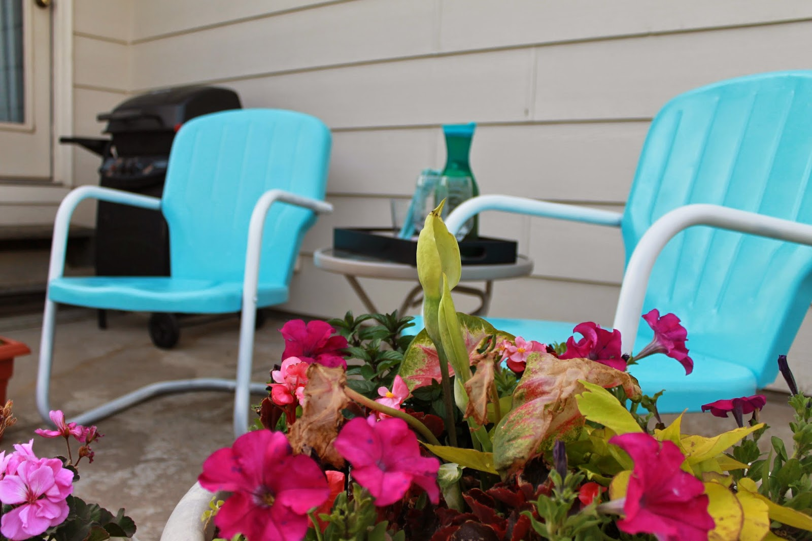 painted metal patio chairs, paint outdoor metal chairs, motel chairs