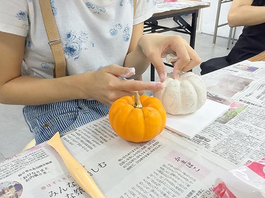 横浜美術学院の中学生教室 美術クラブ 紙ねんど立体「ハロウィーンかぼちゃの模刻」1