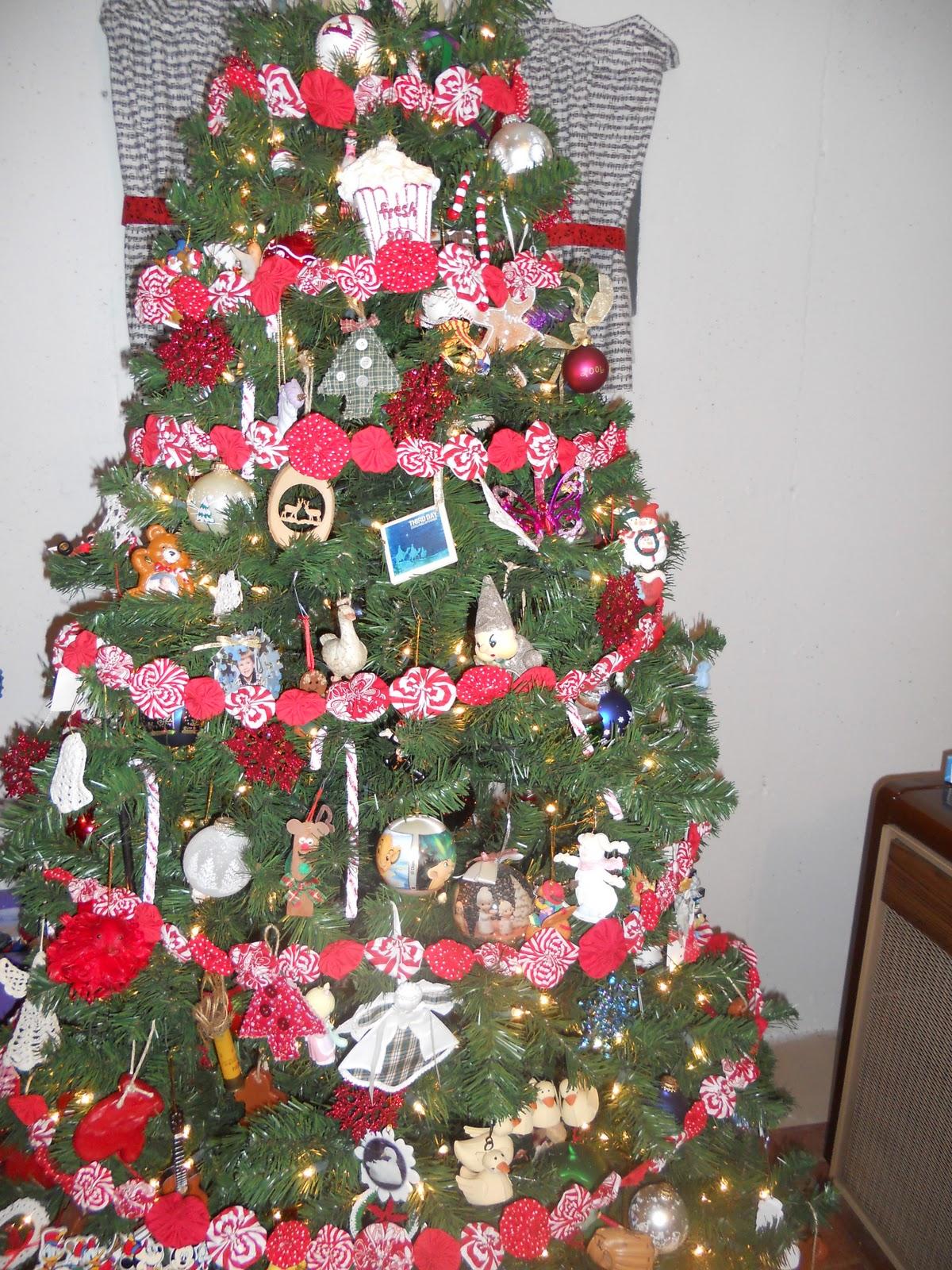 Dots & Daisies: Yo-Yo Christmas Tree Garland