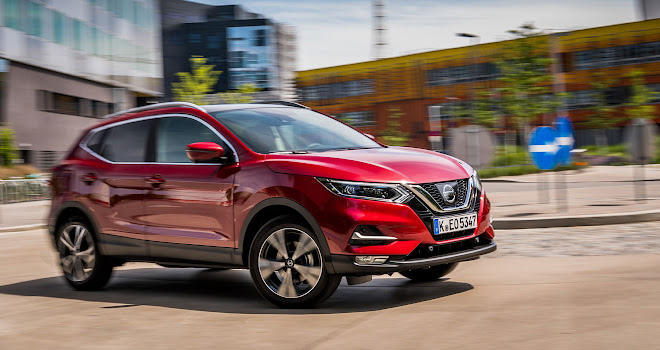Nissan Qashqai side view driving