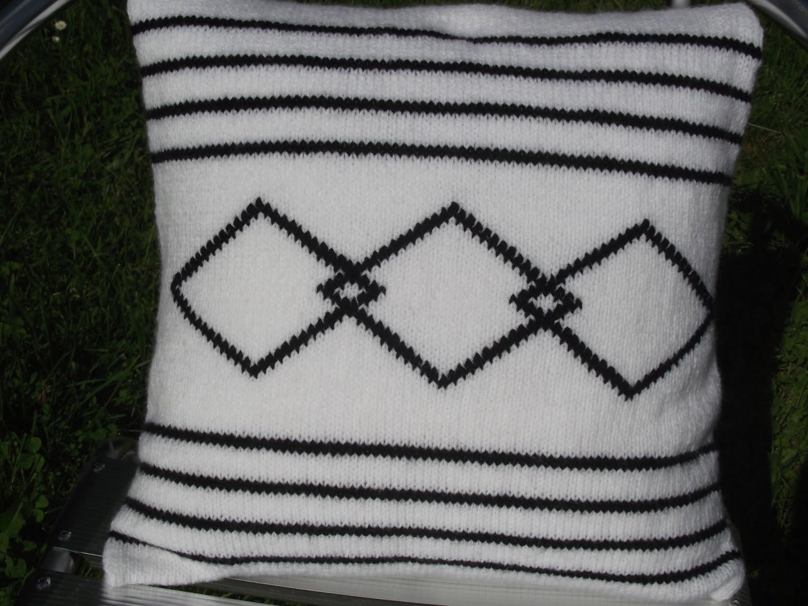 crochet et tricot facile avec explications coussin tricot graphique noir et blanc. Black Bedroom Furniture Sets. Home Design Ideas