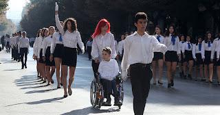 Συγκίνησε ο μαθητής ΑμεΑ με το αναπηρικό αμαξίδιο στη μαθητική παρέλαση