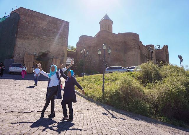 Old Tbilisi Wall di lereng bukit