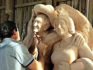 Rogério Bertoldo esculpindo os pais - Jardim das Esculturas, Júlio de Castilhos (RS)