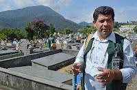 Agente de combate a endemias Augusto Pessoa: varredura no cemitério para eliminação de potenciais criadouros do mosquito Aedes aegypti