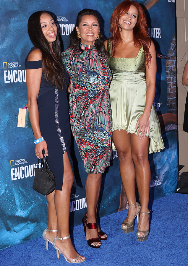 Gorgeous Vanessa Williams steps out with her gorgeous daughters (photos)