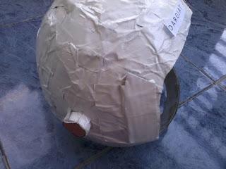 membuat-helm-astronot-dari-kertas