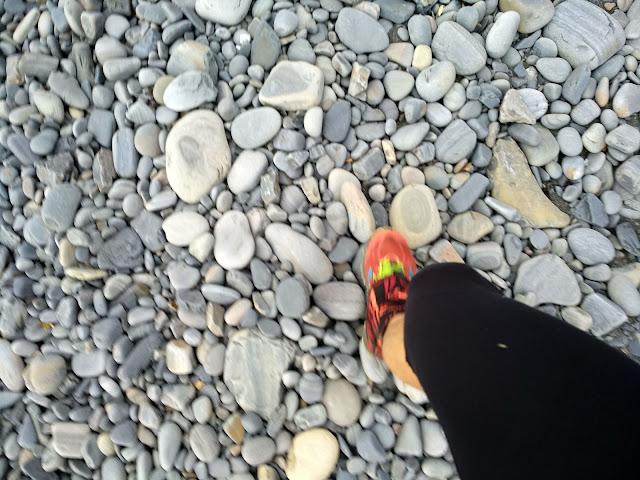 Галька и нога