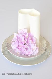 dekoracja stolu kwiaty talerz