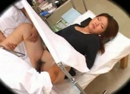 หมอหื่นรุมจับเอานิ้วแหย่หีแอบขืนใจคนไข้หญิงตอนมาตรวจภายในโดยมีพยาบาลสาวช่วยกัน