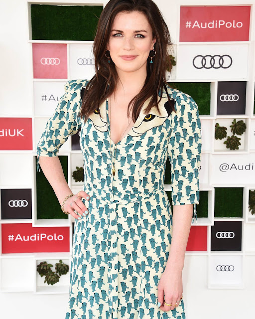 Aisling Bea booty