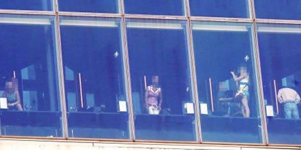 Через окна поглядые голая 13