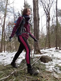 Randonneuse, souliers de randonnée, Sentier l'Escapade, mont Rigaud, printemps, traces de neige