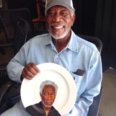 Pintura de Morgan Freeman en un plato de comida