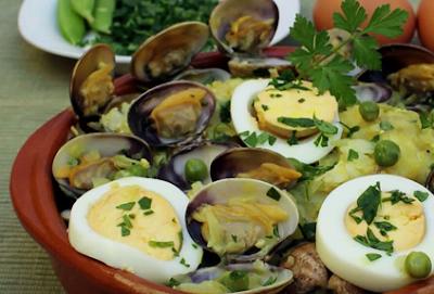 huevos guisados con almejas