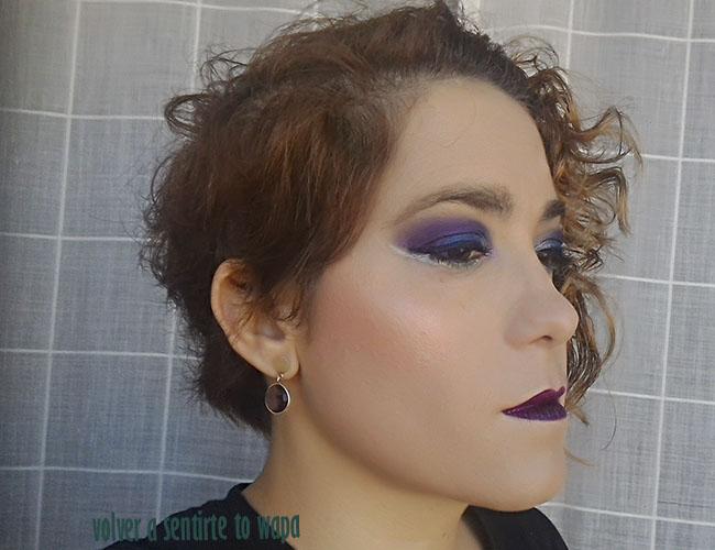 Maquillaje azul y morado con eyeliner plata