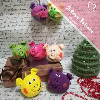 Свиношарики игрушки на елку крючком