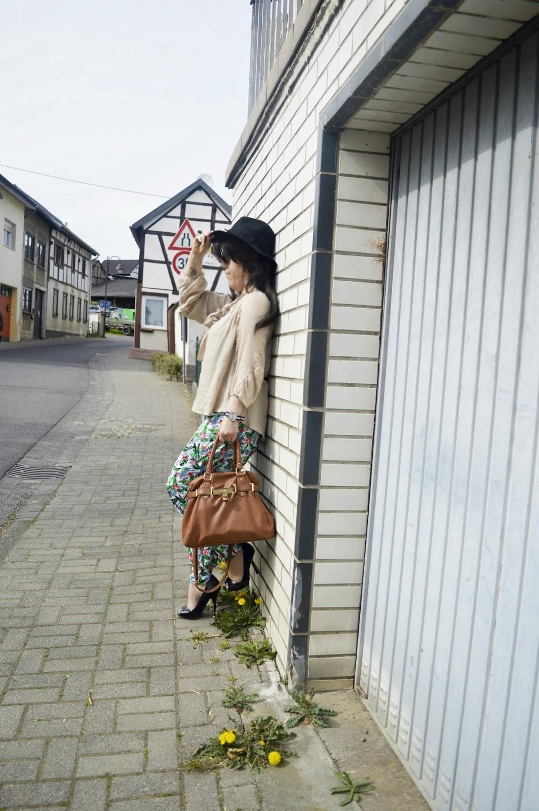 Harem pants & blouse Outfit Photo 1