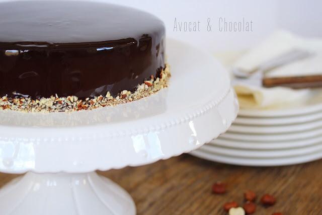 """alt=""""royal chocolat dressé sur un plat à tourte blanc"""""""