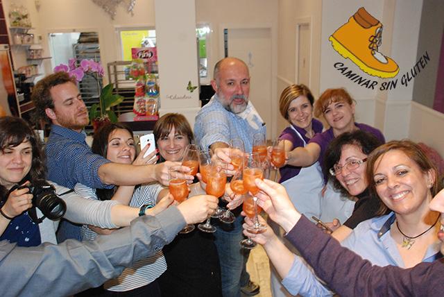 Bloggers brindando en la presentaci C de La Celiacoteca