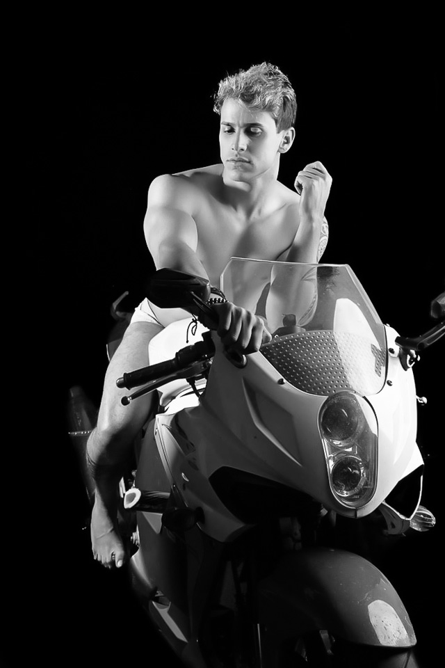 Rafael Carvalho posa de cueca para ensaio com sua moto envenenada. Foto: Leonardo Santos