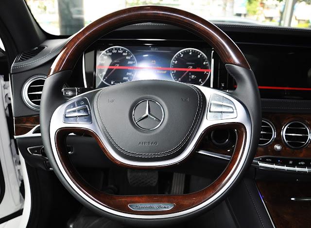 Mercedes S400 L sử dụng tay lái 2 chấu có 12 phím chức năng