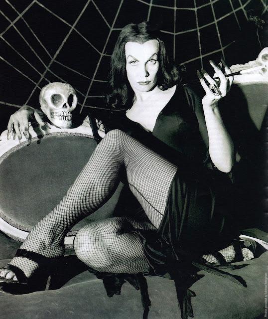 vampira-maila-nurmi-sofa-skull