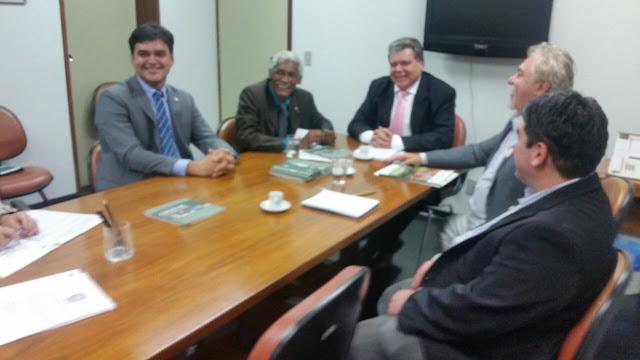 Domingos Dutra com largo sorriso ao lado do ministro Zequinha Sarney