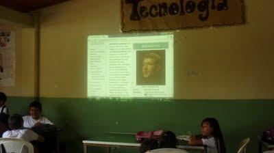 Los estudiantes observan en la pantalla la imagen del creador de facebook