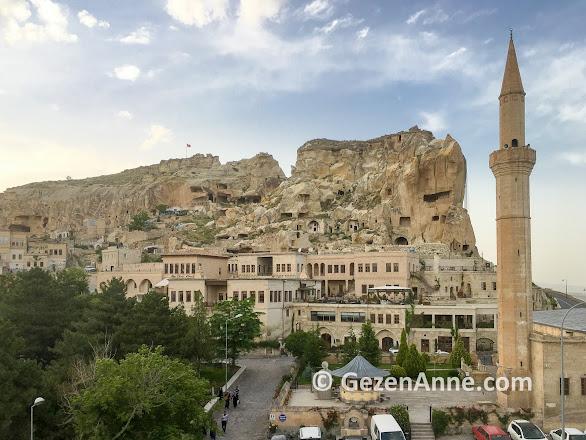 Ürgüp Kadıkalesi kayası ve kaya üzerindeki Fresco Cave Suirs & Mansions otel, Kapadokya