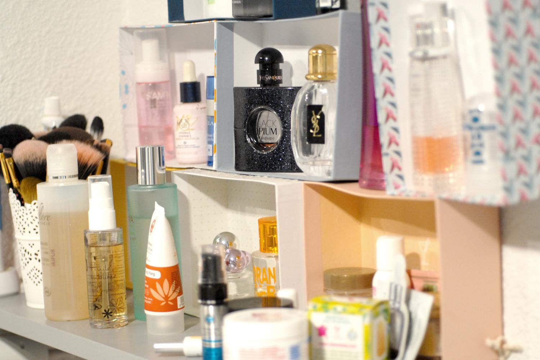 Astuce Rangement Maquillage Salle De Bain ~ rangement maquillage petits espaces toute de rose poudr e
