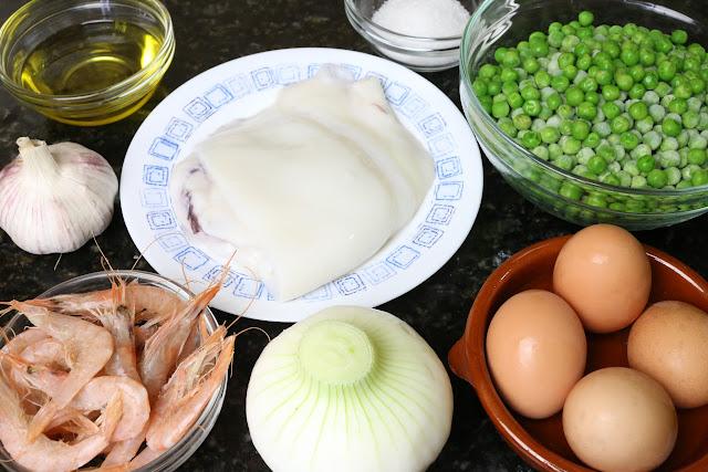 Ingredientes para revuelto de guisantes con sepia y gambas