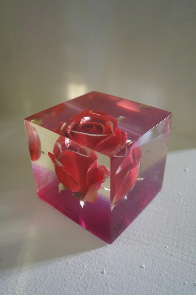 presse-papier en résine , rose en inclusion  Vintage resin lucite rose paperweight  70s 1970s