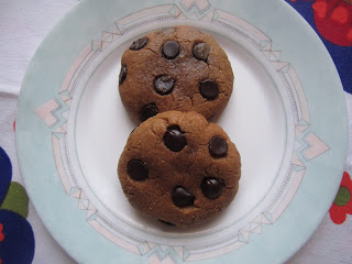 Cookies au beurre de cacahuètes et pépites de chocolat sur une assiette, Dakatine