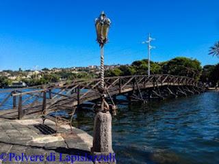 Il ponte che collega la Casina Vanvitelliana con la terraferma