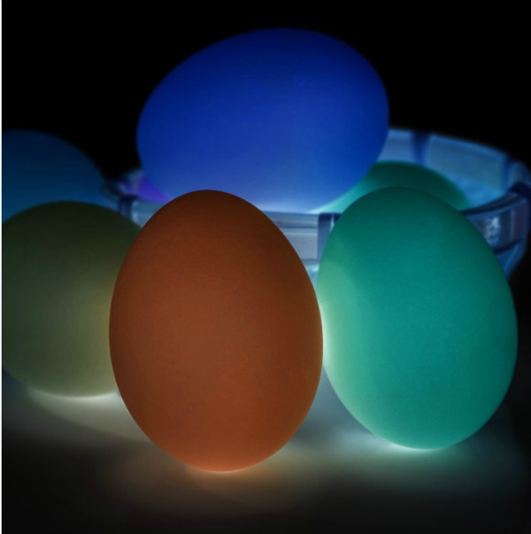 The easiest way to set up a glow-in-the-dark Easter egg hunt for kids.  This is SO COOL!  #glowinthedarkeasteregghunt #glowinthedarkeastereggs #glowinthedarkegghunt #easteregghuntideas #easteregghunt #eastereggs