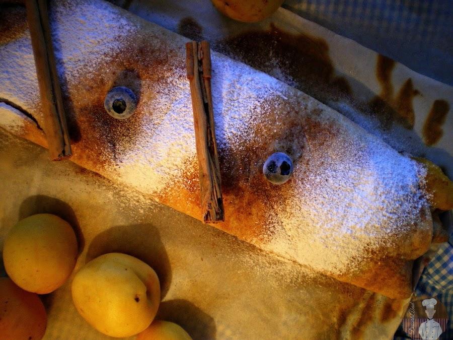 Topfenstrudel con albaricoques y arándanos