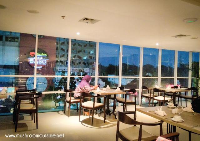 Parc De Ville Restaurant terletak di lantai tiga Best Western Premier La Grande Hotel